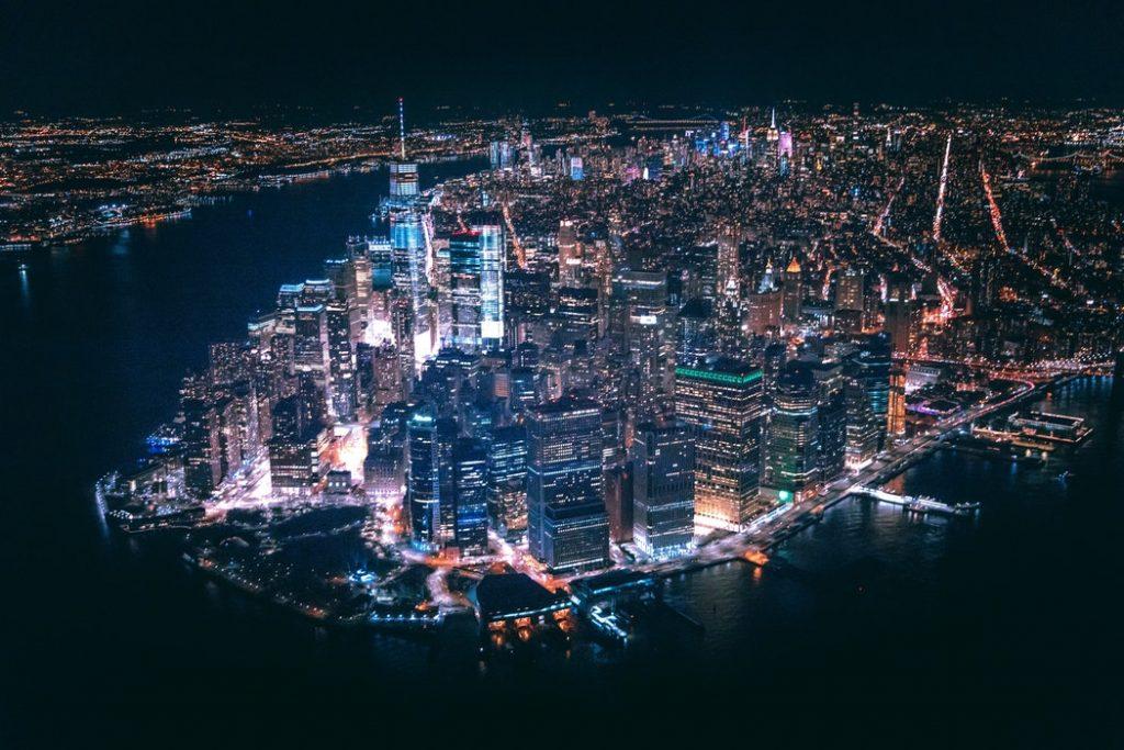 Foto nocturna de Nueva York desde el aire