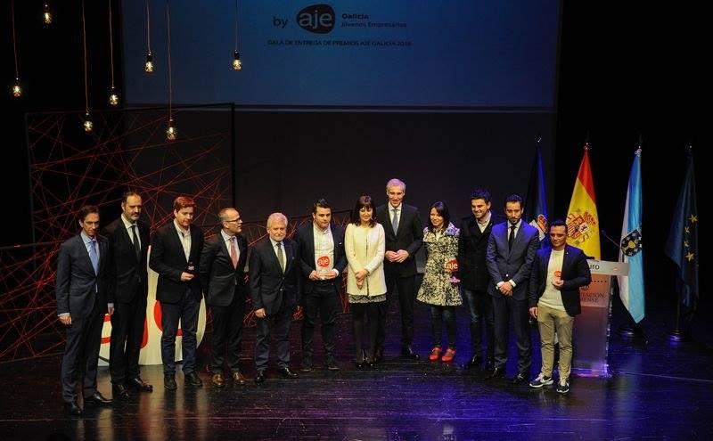Foto de los galardonados mostrando sus premios
